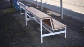 柳川市に寄贈した背面にも腰掛けられるベンチ (デザイン:関光卓氏)