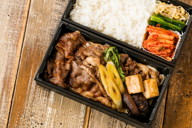 和牛肩ロースのすきやき弁当 ¥1,800 黒毛和牛の肩ロースを特製の割り下で味付けした本格すき焼きです