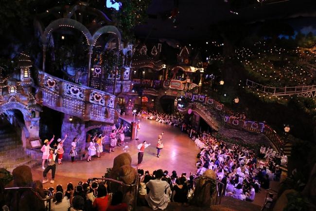参加型パレード「ハロウィーンゴーストレンジャーパレード」では 社員もピューロフレンズも全員でダンス