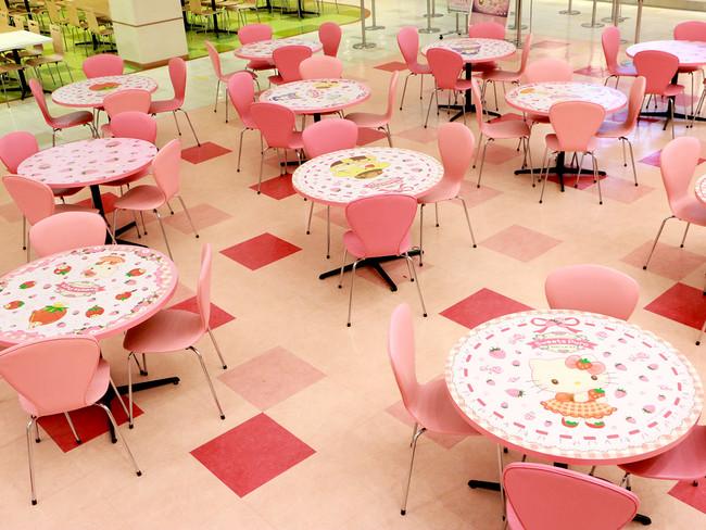 キャラクターフードコートの一部テーブルには キャラクターやいちごの装飾が登場