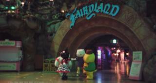 12月28日 フェアリーランドシアターの前で、ディアダニエルを中心にキャラクターたちが円陣を組む様子
