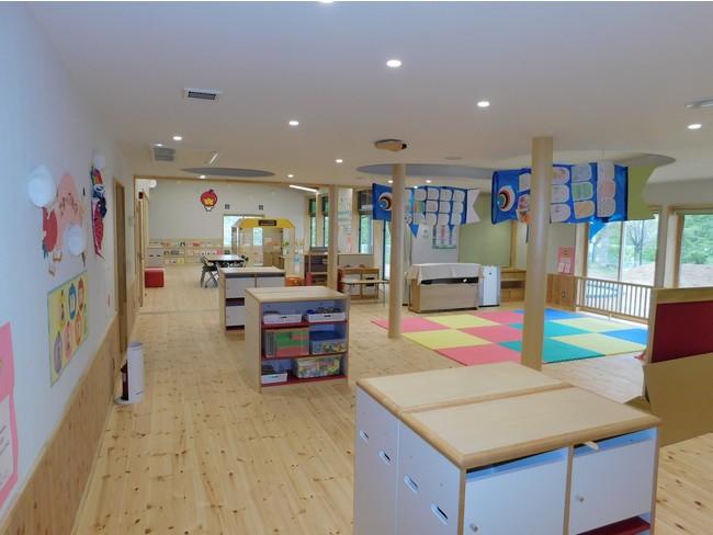 1階子育て支援センター プレイルームとランチスペース
