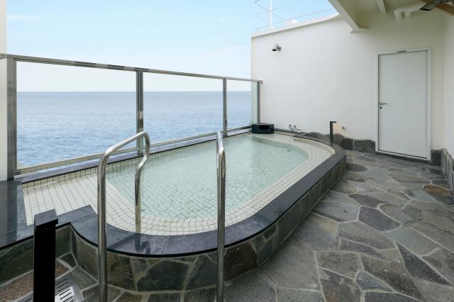 太平洋を走る船上の露天風呂