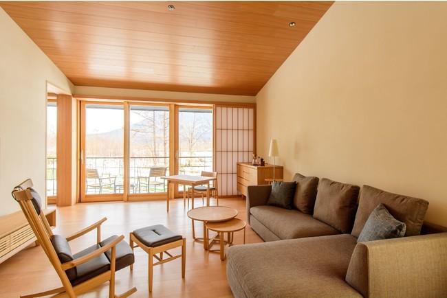 北海道産のカラマツやトドマツの木材を基調にした木のぬくもりある客室リビングルーム