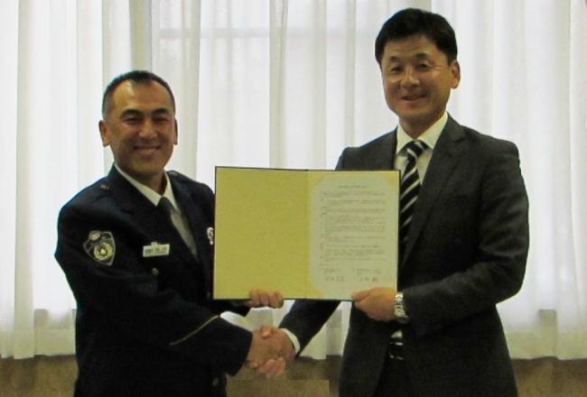 大阪府門真警察署 河内 正至署長(左)とJCOM 北河内局長 山村 聡(右)