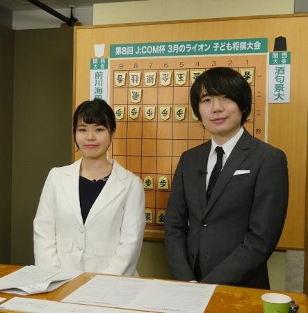 左から加藤桃子女流三段と佐藤天彦銀河 決勝戦の大盤解説の模様