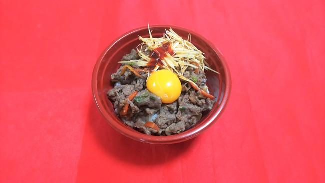 お肉好きの岩崎悠人選手のアイデアでプルコギ丼をJOYとコラボして販売。今回は「辛さ」をテーマに、コチジャン強めと辛味ネギをトッピングしています。