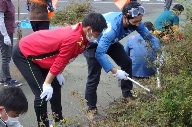 松原選手は鋏を使って木の伐採…ですが、太すぎてかなり苦戦しています。