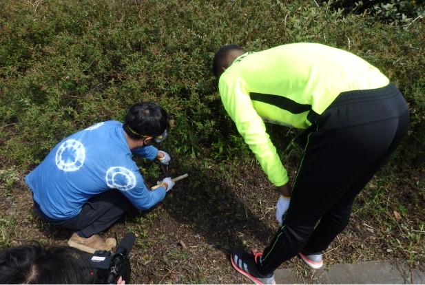 ブワニカ選手も松原選手もこうした作業は初体験とのこと。施設の方に鎌の使い方や鋏の使い方を教えてもらって早速作業開始です。