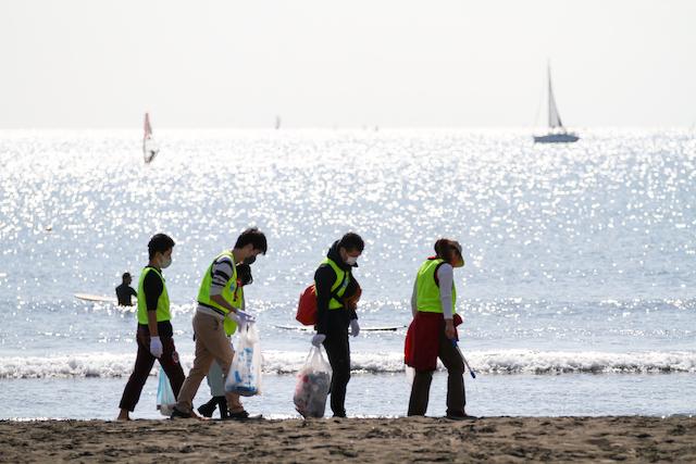 海岸でスポーツゴミ拾いを行う様子