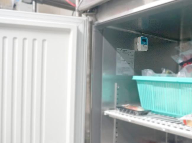 冷蔵庫内へのセンサー設置の様子