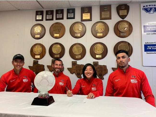 二年制大学コーチ陣とともに契約サインに臨む山田さん