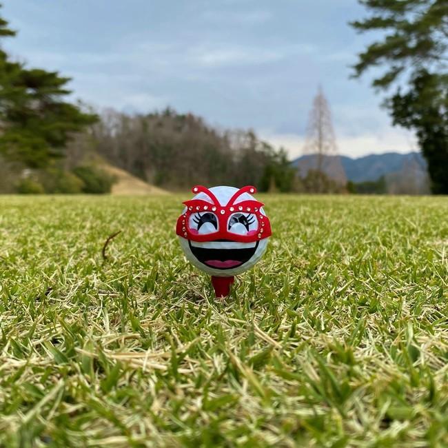 笑顔(女子)ゴルフボールに映える「女王様とお呼び」仮面