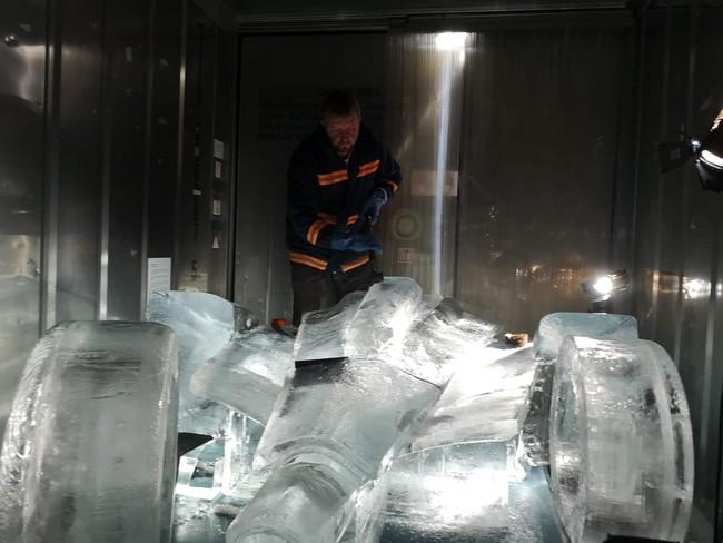 レーシングカーを模した氷のレプリカ制作の様子 その1