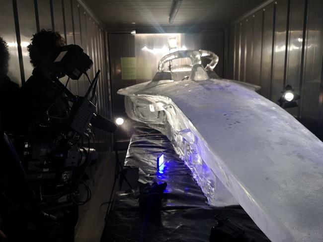 レーシングカーを模した氷のレプリカ制作の様子 その2