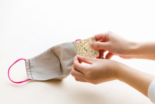 茶葉をブレンドした和紙を専用マスクに差し込んで使います。