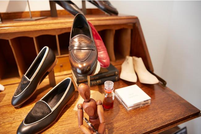 店内には靴職人が手で染め上げるパティーヌ染めパンプスのほか、ローファーやスニーカーなども