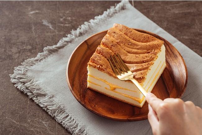 世界8ヵ国で一番人気のチーズカステラ。温めると優しい味の2層のチーズがとろりと溶け出す