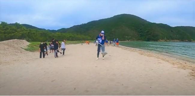 参加者全員でビーチクリーニング