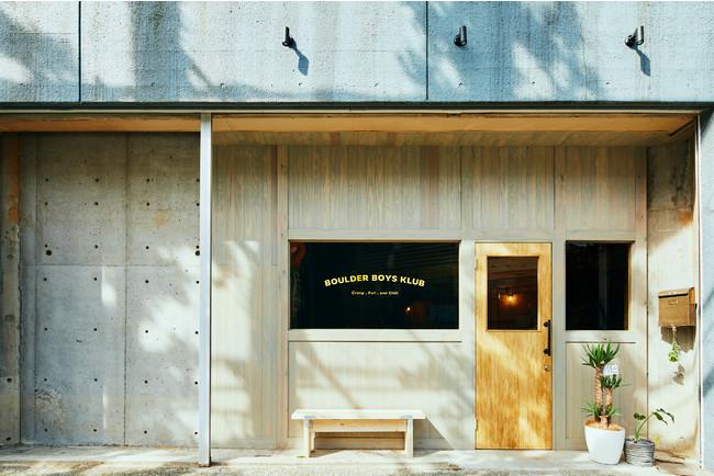 カフェのようなおしゃれな外観で目を引く 中に入ると木材をいかした店内がひろがっている
