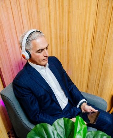 「ヘッドスペース」アプリで瞑想するハイアットCEOマーク・ホプラメジアン