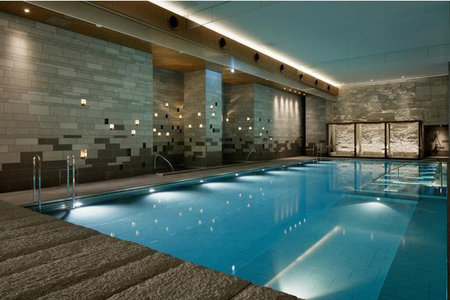 リゾート感あふれる室内プール