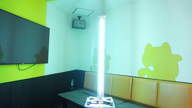 写真1 カラオケルームで使用中の除菌・ウイルス不活化機器の様子