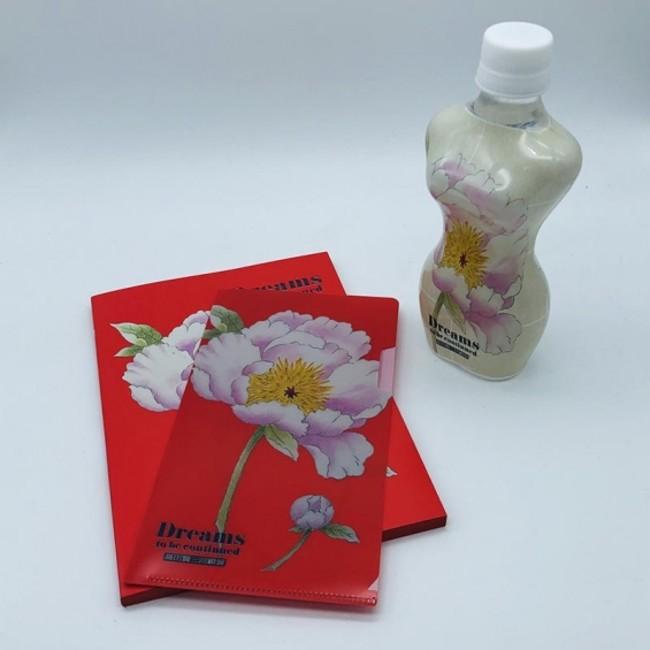 回顧展記念商品 KENZO 専属テキスタイルデザイナー 真下 仁さんが 描いた芍薬をモチーフの マスクケースとオリジナルペットボトル