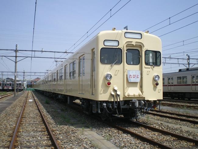 2011年に定期運行を終えたセイジクリーム塗装の東武8000系