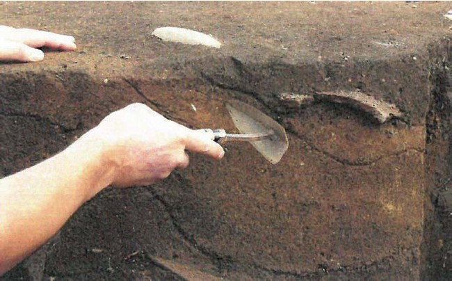 縄文時代の景観の中で遺跡を掘る。あなたの手から何が発掘されるか誰も分からない。まさに縄文ロマン。