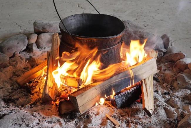 煮炊用の縄文土器を用い、食材や調理法、食器も縄文にこだわリます。緑に囲まれた遺跡の上で食べる縄文食は格別。