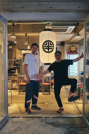 左から、合同会社今添笑店の今井洋と添田慎也