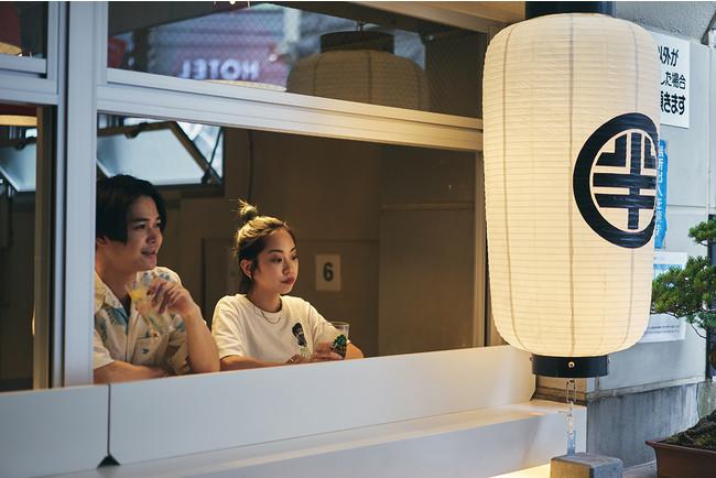 渋谷の街を臨む窓際のスタンド席