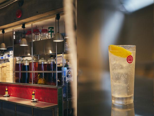 (左)「渋谷 半地下酒場」自家製の瓶漬け酒5種類/各605円(右)レモンサワー/495円