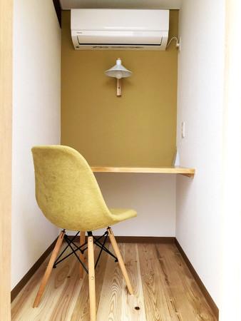 個室には、作り付けのデスク、チェア、エアコン