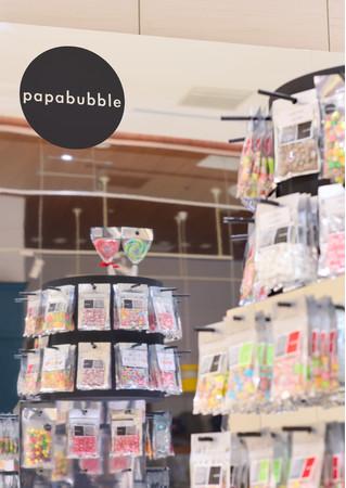 PAPABUBBLEこだわりの色とりどりなキャンディに囲まれた店舗空間