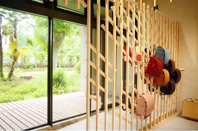 店内を抜けた先には靭公園があり、京町堀の都会的なシーンから一転、自然が見える風景へと変わる。
