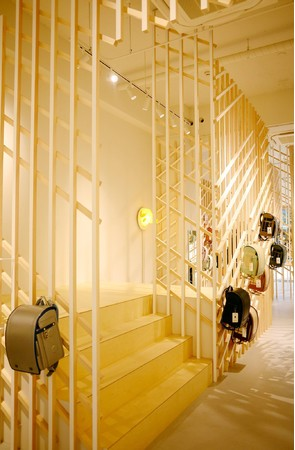 ステージの階段を上がると周囲より視線が上がり、店内を見渡すことができる。