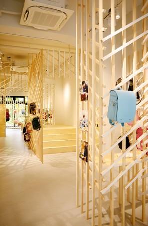 格子に使われる角材は一面のみ塗装されており、店舗内は透明感のある空間となっている。