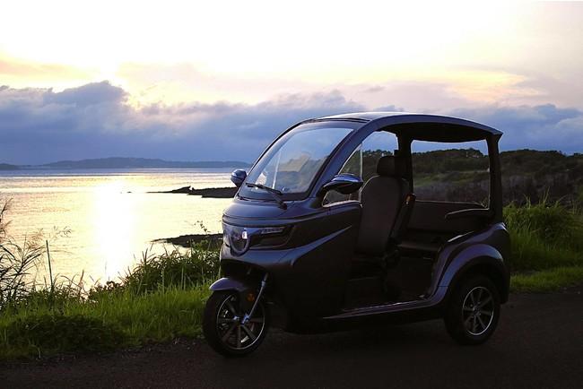 ヘルメット不要で窓がなく開放感のある3人乗り車両 普通免許(ATも可)であれば誰でも運転可能