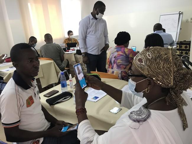 デジタル健診アプリの研修で 顔認証を行う研修参加者
