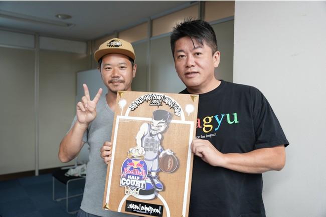 国内大会優勝盾を持つオーナー堀江(右)と共同オーナー平野(平野)