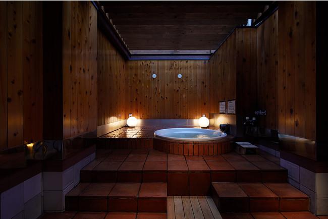夜の個室露天風呂はとても雰囲気がよく、癒やされる空間です。