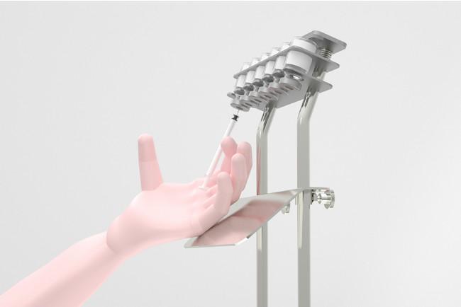 手を板に添えながら充填作業を行うため、安全性・作業スピードが向上し、充填作業のストレス・疲労を軽減(改善)します。注射器への充填作業が不得手な人でも、簡単に充填作業ができるようになります