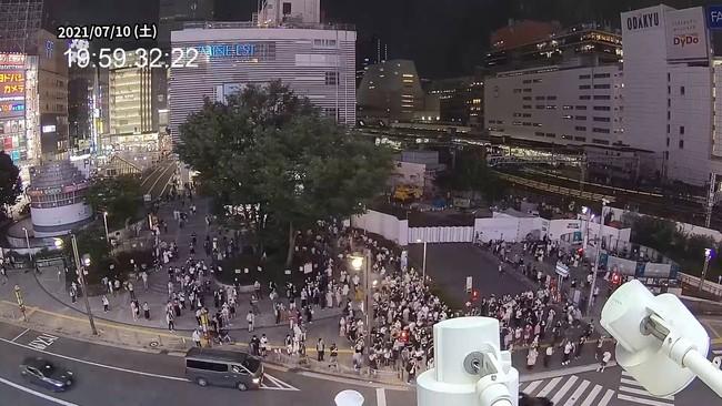 仮放映時の新宿駅東口駅前の様子