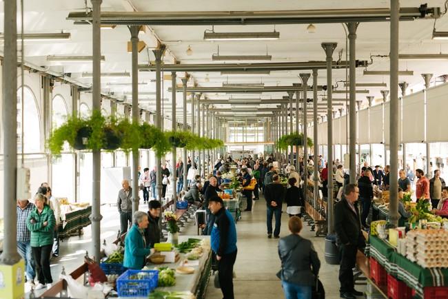 カーニバルでも有名なトロサのマーケット。山と海の豊かな食材が並ぶ。