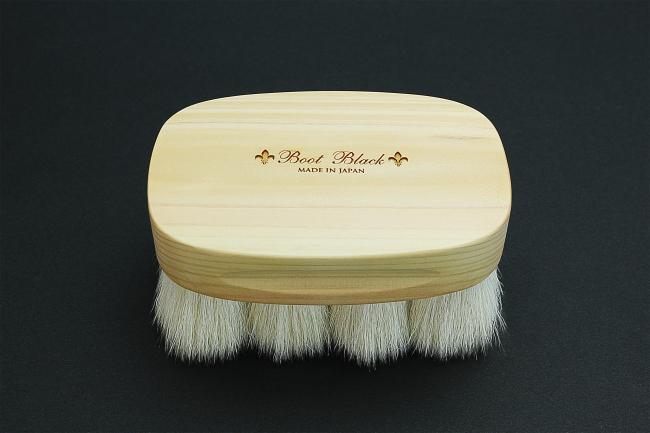 やぎ毛ブラシ<コロンブス>13,200円(税込)( やぎ毛・馬毛・ヒノキ) 筆の都、広島県の地域ブランド〈熊野筆〉と コラボレーションした、毛の柔らかさとコシ を兼ね備えたホコリ落しと仕上げ用ブラシです。
