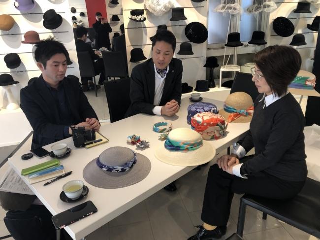 右から、帽子デザイナー 平田欧子氏、千總 井賀木健吾氏、三越バイヤー 町村敬文