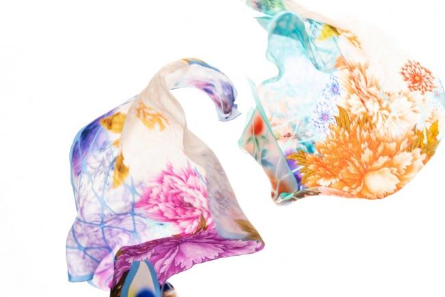 〈千總〉スカーフ 各79,000円