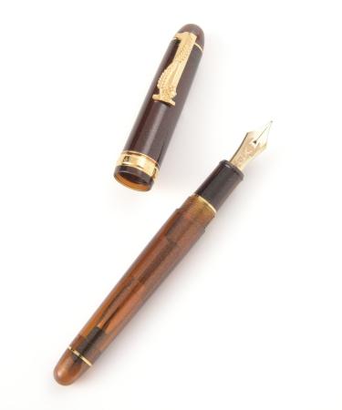 万年筆の軸は、ビールをイメージして琥珀色の濃淡の2色